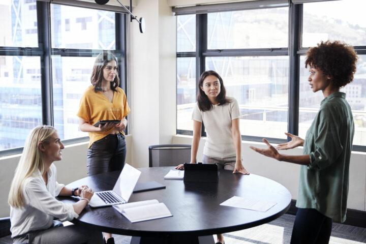 Dia internacional das mulheres: por que elas dominam o setor de RH